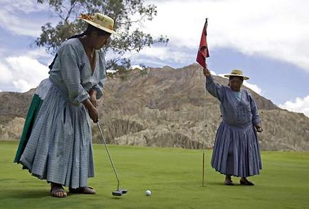 Bolivianas haciendo negocios en el golf ...