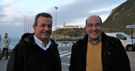 Foto: José Antonio Pérez y Juan Hernández, con el faro de Cudillero (Asturias) al fondo, iluminando la Universidad española.