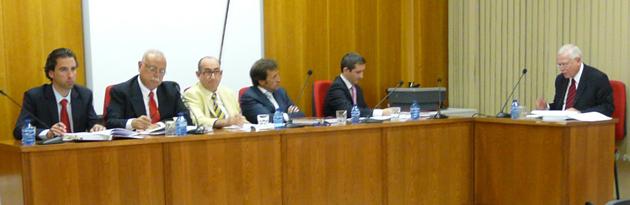 De izquierda a derecha, los profesores Fdez. Llera, Canales, Berrueta, Barahona y Dehling escuchando al doctorando Helio MIleski.