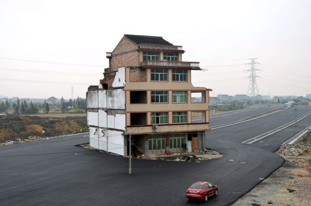 Isolated house to block traffic on new highway in east China