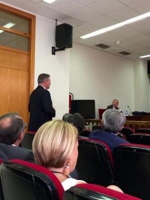 Santos Pavón, Director de OCU, interviniendo en el turno de doctores.