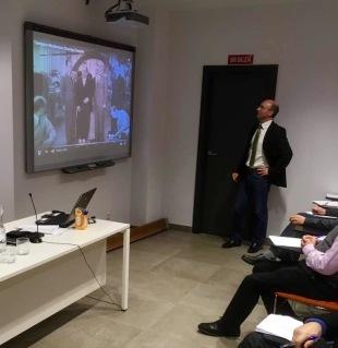 """Javier García, presentando un comité de recepción en el film """"Tiempos modernos"""""""